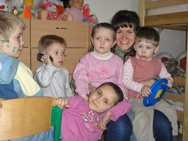 Lisa with young Ukrainian children